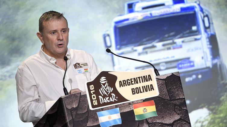 Etienne Lavigne présente le Dakar 2016 à la presse et aux concurrents (FRANCK FIFE / AFP)