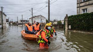 Des pompiers évacuent des habitants de Saintes (Charente-Maritime), le 5 février 2021. (MAXPPP)