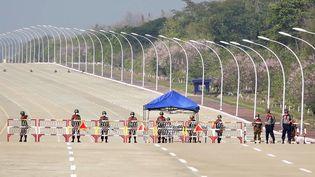 L'armée bloque la route vers le Parlement àNaypyidaw, en Birmanie, le 1er février 2021. (AFP)