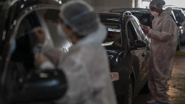 Des soignants procèdent à des tests de dépistages du Covid-19 dans un centre de Marseille (Bouches-du-Rhône), le 21 décembre 2020. (CHRISTOPHE SIMON / AFP)