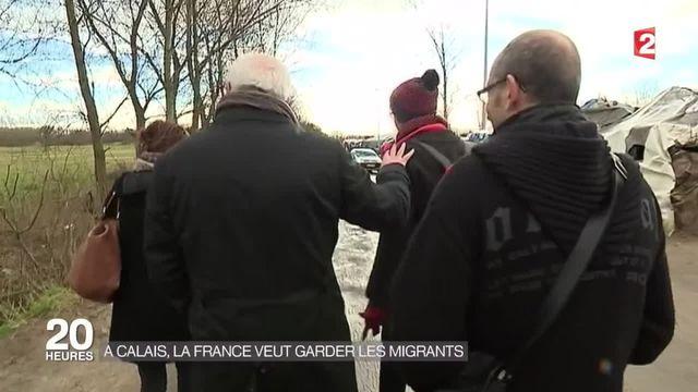 Les fonctionnaires de l'OFPRA tentent de convaincre les migrants de Calais
