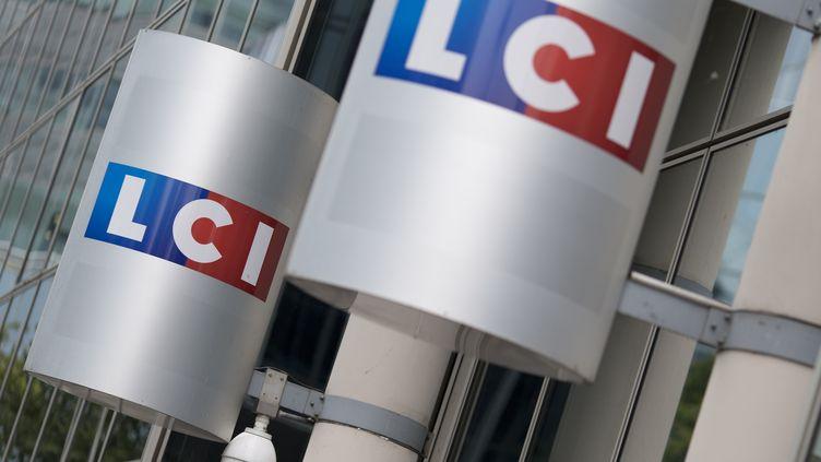 Le logo de la chaîne d'information LCI à l'entrée du siège du groupe TF1, le 29 juillet 2014 à Boulogne-Billancourt (Hauts-de-Seine). (KENZO TRIBOUILLARD / AFP)