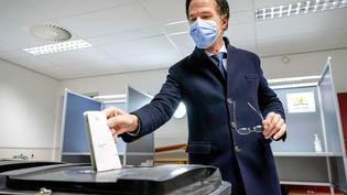 Le conservateur Mark Rutte donné favori aux législatines des Pays-Bas. Ici en train de voter à La Hague, le 17 mars 2021. (BART MAAT / ANP / AFP)
