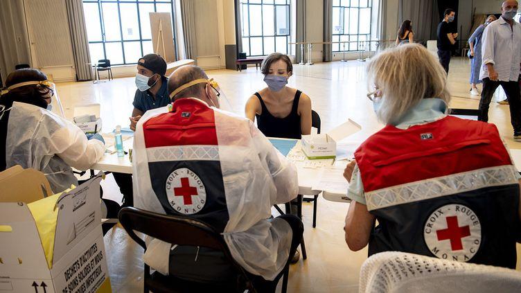Des membres de la Croix-Rouge monégasque effectuent des tests de dépistage au Covid-19 auprès des danseurs et personnels des ballets de Monte-Carlo, le 13 mai 2020 à l'Atelier de la compagnie de danse. (Alice Blangero)