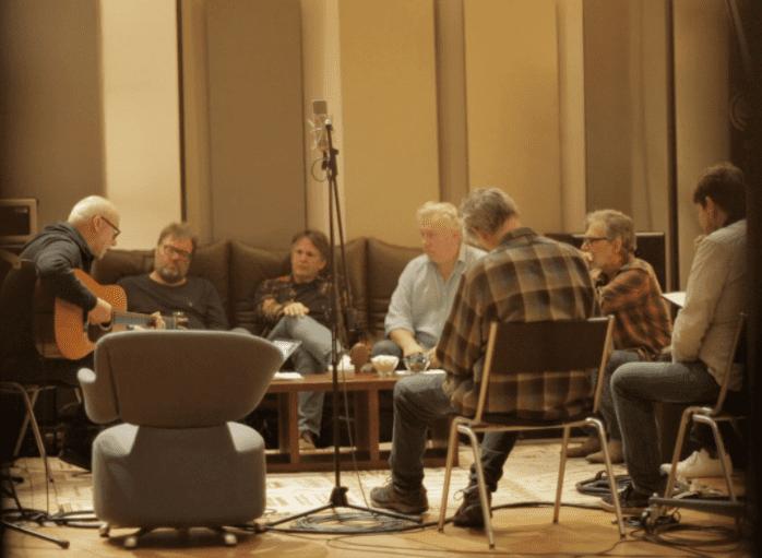 Mark Knopfler donne ses indications aux musiciens - Studios British Grove, 2017-18  (Guy Fletcher)