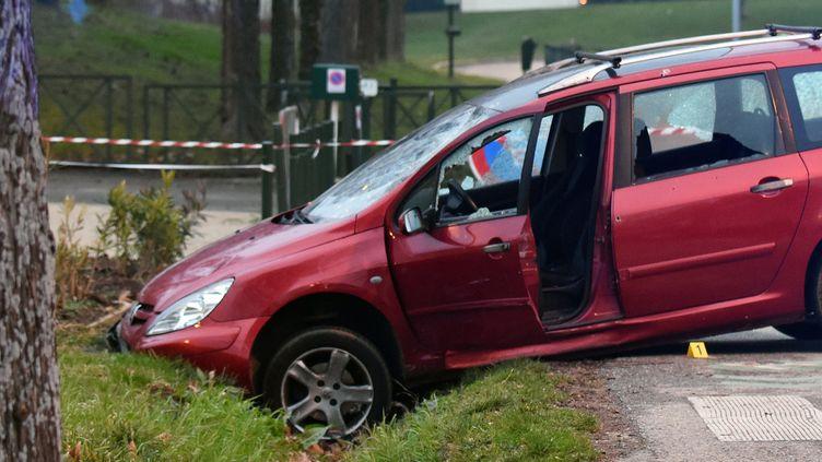 Une voiture dans un fossé après avoir été prise pour cible par des militaires, le 1er janvier 2016, lors d'une attaque contre des soldats devant une mosquée, à Valence (Drôme). (PATRICK GARDIN / AFP)