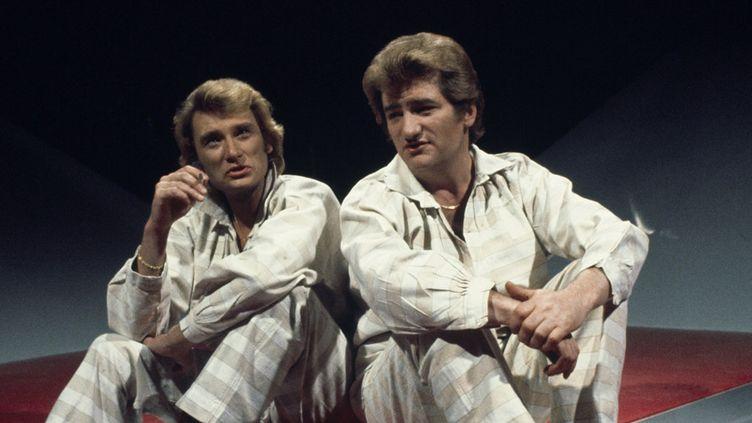 """Johnny Hallyday et Eddy Mitchell lors de l'enregistrement de l'émission """"Numéro Un"""" (14 juin 1977)  (Claude James / Ina / AFP)"""