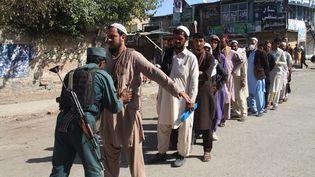 Des fouilles devant un bureau de vote à Kaboul en Afghanistan témoignent du risque sécuritaire lors des législatives, le 20 octobre 2018. (FARID ZAHIR / AFP)