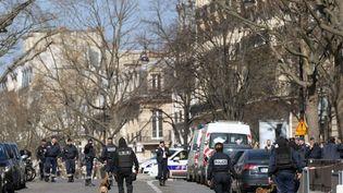 Des policiers devant le bureau parisien du FMI, après l'attentat perpétré le 16 mars 2017. (CHRISTOPHE ARCHAMBAULT / AFP)