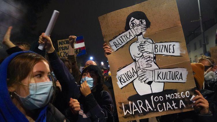 Une manifestation contre l'interdiction quasi totale de l'avortement à Varsovie (Pologne), le 22 octobre 2020. (JANEK SKARZYNSKI / AFP)