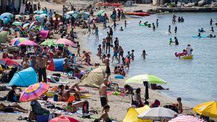 Des vacanciers profitent de la plage de la Pointe Rouge à Marseille. (CLEMENT MAHOUDEAU / AFP)