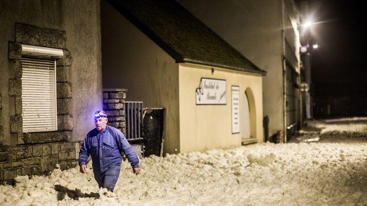 Un homme marche dans l'écume,près de la côte, sur la commune dePenmarch (Finistère), le 6 janvier 2014. (RÉMI JAOUEN / CITIZENSIDE / AFP)
