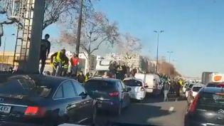 """Des policiers ont été pris à partie par des manifestants, le 16 février 2019 à Lyon, lors d'une nouvelle mobilisation des """"gilets jaunes"""". (TWITTER / ALTERNATIVE POLICE)"""