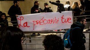 """Une banderole """"la précarité tue"""" déployée devant le Crous de Paris, le 12 novembre 2019. (MAXPPP)"""