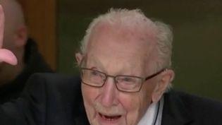 En quelques jours, Tom Moore est devenu une célébrité en Angleterre. Ce vétéran de la Second guerre mondiale a récolté plusieurs millions d'euros pour aider les hôpitaux publics. (FRANCE 2)