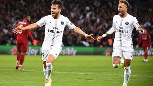 Juan Bernat et Neymar fêtent le but du défenseur parisien face à Liverpool, le 28 novembre 2018, à Paris. (FRANCK FIFE / AFP)