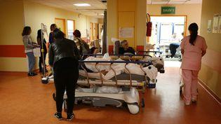 Des patients attendent dans les couloirs de l'hôpital de Bastia, le 30 octobre 2017. (PASCAL POCHARD-CASABIANCA / AFP)