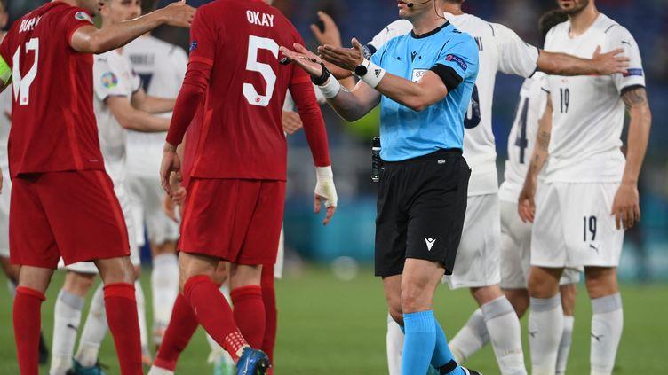 L'arbitre Danny Makkelie (en bleu) n'aura pas sifflé de penalty pour l'Italie contre la Turquie vendredi 11 juin 2020. (MIKE HEWITT / POOL)