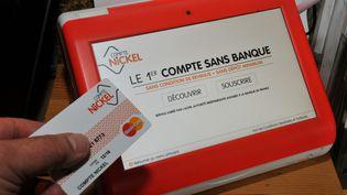 Une carte bancaire et un terminal du compte Nickel, un compte bancaire disponible en bureaux de tabac. (CLAUDE PRIGENT / MAXPPP)