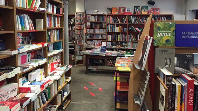 """(Les rayons de la librairie """"Le Comptoir des Mots"""", dans le XXe arrondissement de Paris © RADIO FRANCE / Yann Bertrand)"""