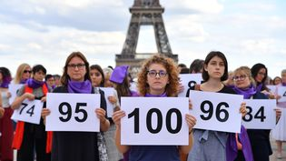 Des femmes manifestent après le 100e féminicide conjugal de l'année en France, le 1er septembre 2019, place du Trocadéro à Paris. (MAXPPP)