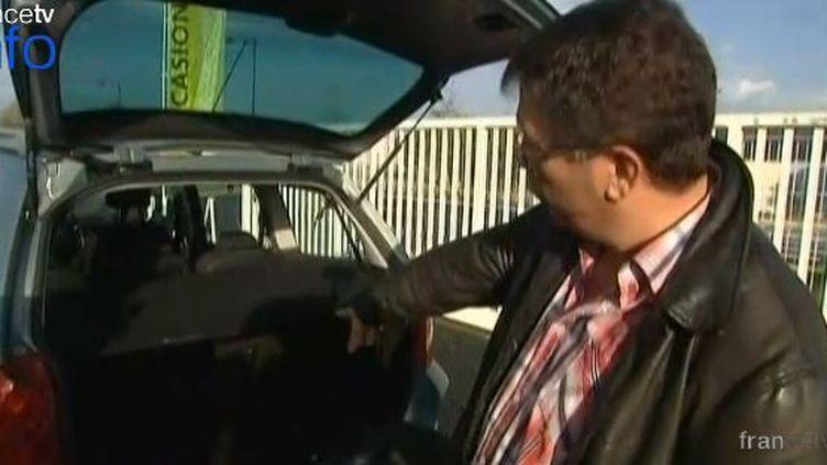 L'un des témoins qui ont découvert l'enfant dans le coffre d'une voiture, à Terrasson-Lavilledieu (Dordogne). (FRANCE 3 / FRANCETV INFO)