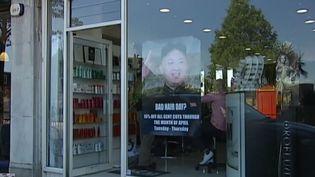 La publicité de ce coiffeur de Londres n'a pas plu à la Corée du Nord. (DR (capture vidéo ITN))
