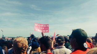 Les pancartes roses portées pas les supportrices de Trump fleurissent dans ces derniers meetings (BENJAMIN ILLY / RADIO FRANCE)