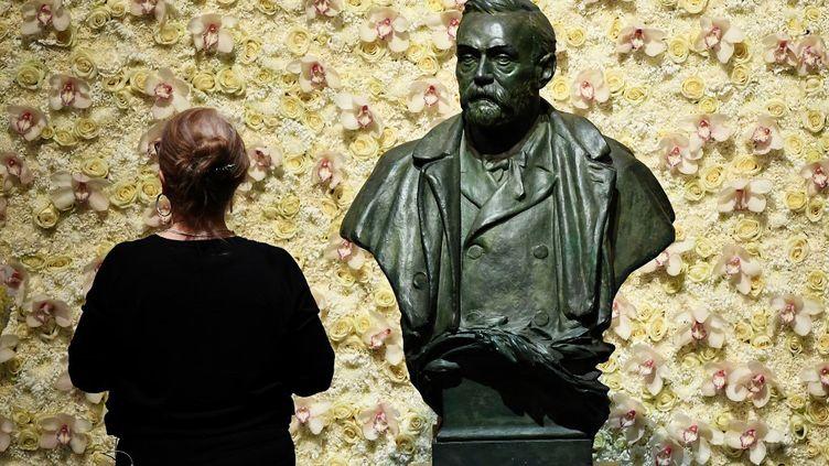 Le buste d'Alfred Nobel, fondateur des prix Nobel. (JONATHAN NACKSTRAND / AFP)