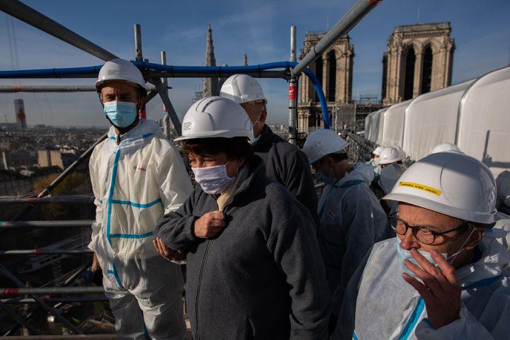 La ministre de la Culture Roselyne Bachelot sur le site de la reconstruction de la cathédrale Notre-Dame à Paris le 24 novembre 2020 (MARTIN BUREAU / AFP)