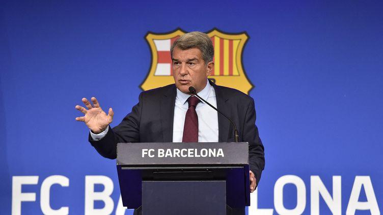 Le président du FC Barcelone, Joan Laporta, lors de sa conférence de presse suite au départ de Lionel Messi, vendredi 6 août 2021. (PAU BARRENA / AFP)
