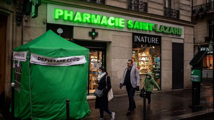Une tente de dépistage du Covid-19 devant une pharmacie à Paris, le 21 décembre 2020. (MARTIN BUREAU / AFP)