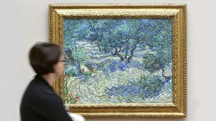 """Le tableau de Van Gogh """"Les Oliviers"""", dans lequel se trouve le corps d'une sauterelle, photographié à Bâle en avril 2009  (Nicholas Ratzenboeck / AFP)"""