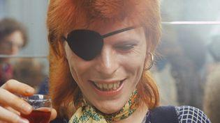 David Bowie avec un bandeau à l'oeil à une conférence de presse à Amsterdam (Pays-Bas), le 7 février 1974. (GIJSBERT HANEKROOT / REDFERNS / GETTY IMAGES)