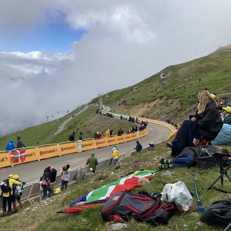 La vue au sommet du col du Portet, arrivée de la 17e étape du Tour de France 2021, le 14 juillet. (AH)