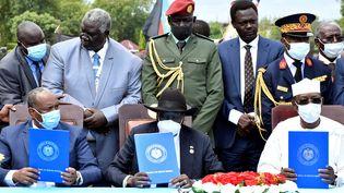Le général soudanais Abdel Fattah Al-Burhan, le président du Sud Soudan Salva Kiir et le président du Tchad Idriss Deby signent un accord de paix à Juba, le 3 octobre 2020. (JOK SOLOMUN / REUTERS)
