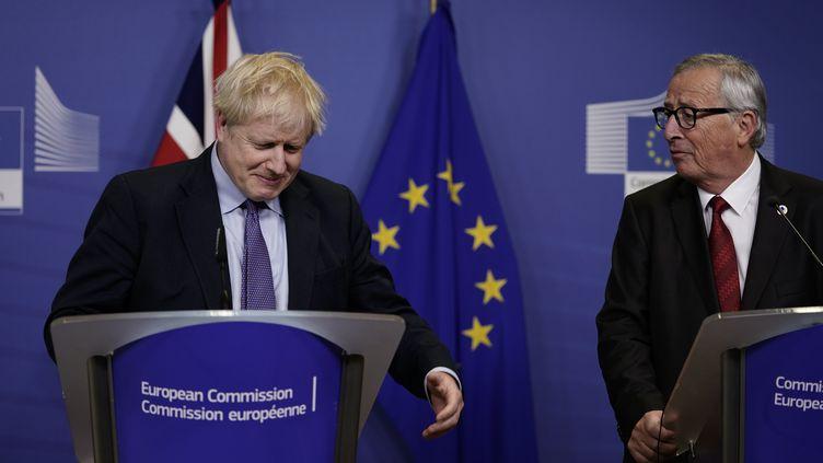Boris Johnson et Jean-Claude Juncker, le 17 octobre 2019, à Bruxelles (Belgique). (KENZO TRIBOUILLARD / AFP)