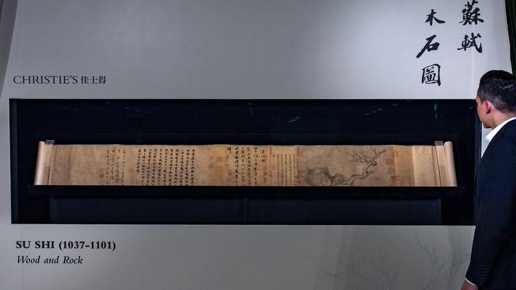 Le rouleau, long d'1m85, contient une peinture, de la calligraphie et des poèmes.  (Philip FONG / AFP)