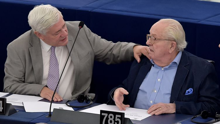 Bruno Gollnisch et Jean-Marie Le Pen discutent au Parlement européen, à Strasbourg (Bas-Rhin), le 11 mai 2016. (PATRICK HERTZOG / AFP)