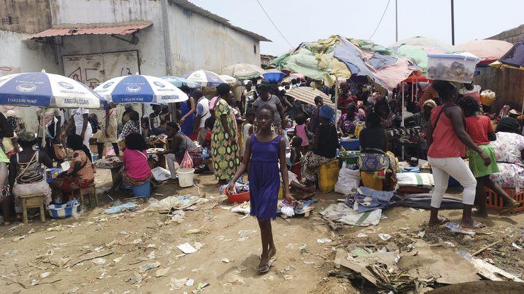 Sur un marché de Cabinda, capitale de la province angolaise du même nom, le 9 avril 2019. (DANIEL GARELO PENSADOR / AFP)