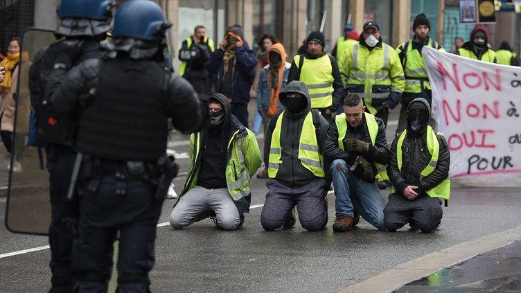 """Le sexagénaire avait été blessée par un policier lors de cette manifestation de """"gilets jaunes"""" à Strasbourg (Bas-Rhin), le 12 janvier 2020. (PATRICK HERTZOG / AFP)"""