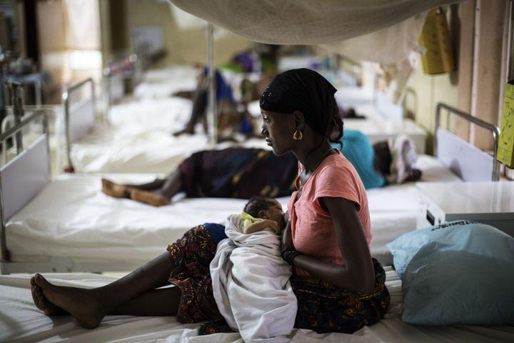 Une jeune femme nourrit son nouveau-né à l'hôpital gouvernemental de Kailahun, à l'est de Sierra Leone, le 26 avril 2016. (MARCO LONGARI / AFP)