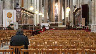 Unhomme priedans la cathédrale d'Orléans, le 23 mars 2016. (BENOIT ZAGDOUN / FRANCETV INFO)