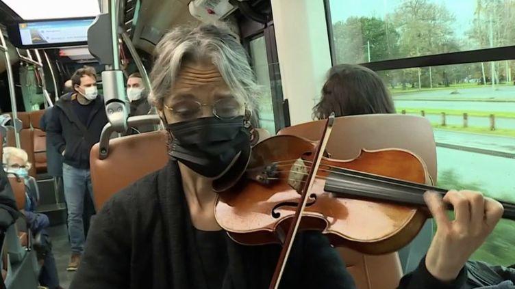 Des musiciens de l'orchestre de Pau (Pyrénées-Atlantiques) s'invitent dans les bus pour réaliser des mini-concerts. (CAPTURE D'ÉCRAN FRANCE 3)