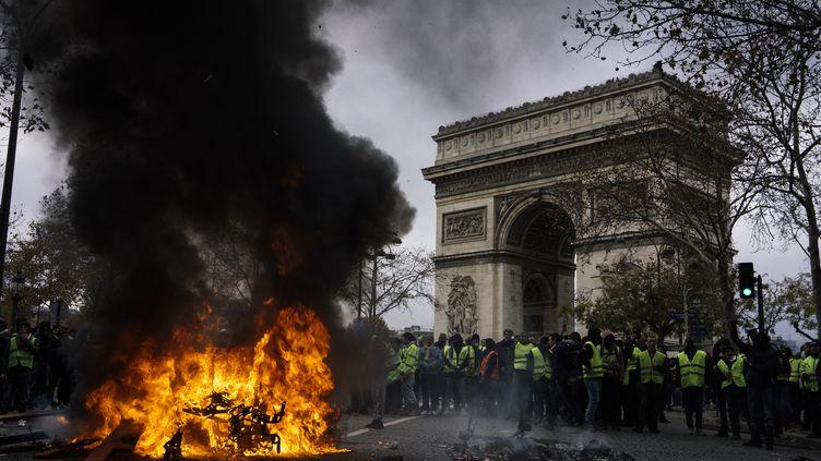 """Des """"gilets jaunes"""" sur l'avenue des Champs-Elysées à Paris, le 24 novembre 2018. (DENIS MEYER / HANS LUCAS / AFP)"""
