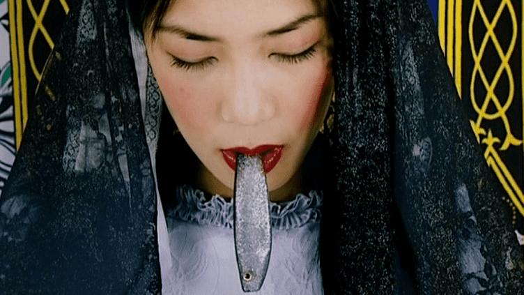 Cette jeune femme chinoise coiffée telle une bigoudène laisse échapper une sardine. Un hommage aux Penn Sardin de Douarnenez  (Jacques Bosser)