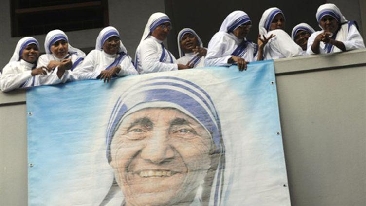 Des nones de l'ordre de la Charité autour du portrait de Mère Térésa lors de son centenaire le 26 août 2010 à Calcutta (AFP/AFP POOL)