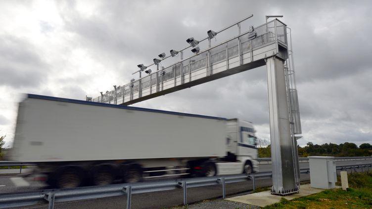 Un camion passe sous un portique ecotaxe. (illustration) (DAMIEN MEYER / AFP)