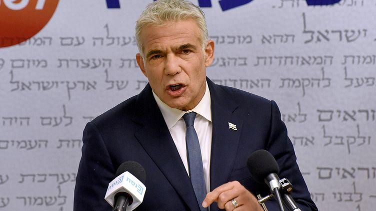 Le chef de l'opposition israélienne,Yaïr Lapid, lors d'une conférence de presse à Jérusalem, le 31 mai 2021. (DEBBIE HILL / POOL / AFP)
