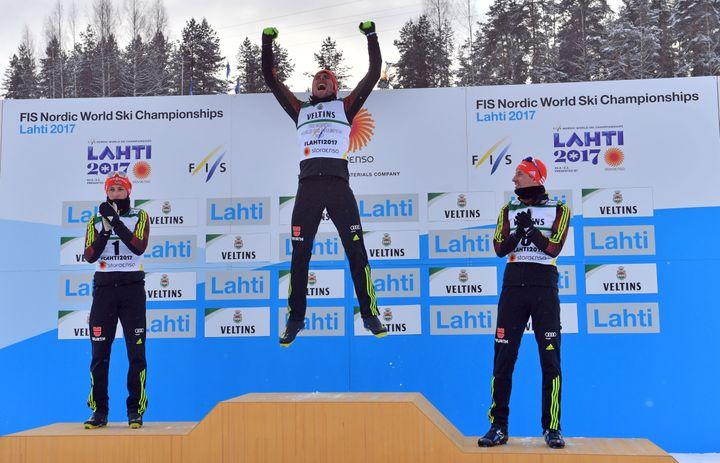 Les Allemands Johannes Rydzek (1er), Eric Frenzel (2e) et Bjoern Kircheisen (3e) remplissent le podium de ce combiné nordique petit tremplin.